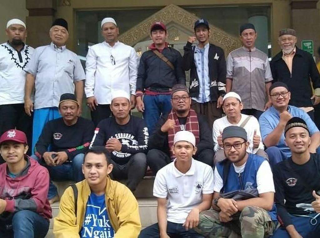 Masya Allah! Para Bikers Subuhan dan Sajikan Kopi Untuk Jamaah Masjid