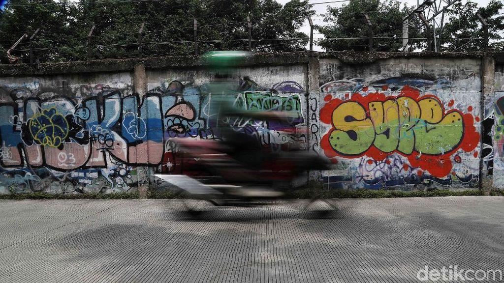Aksi Vandalisme Bikin Kumuh Dinding Tembok di Kemayoran