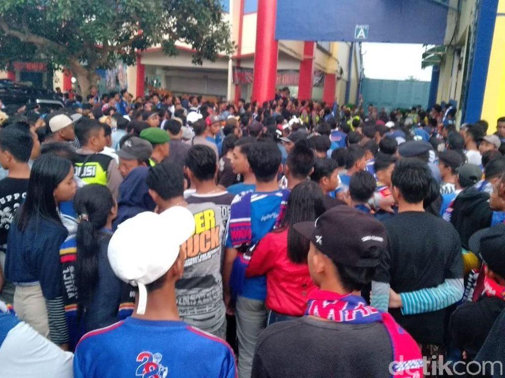 Jelang Kickoff, Harga Tiket Arema vs Persebaya di Calo Melambung