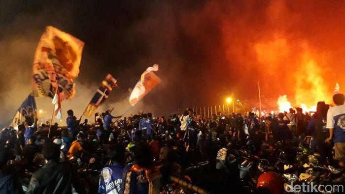 Arema FC mendapatkan denda Rp 200 juta karena ulah suporter. (Foto: Muhammad Aminudin/detikcom)