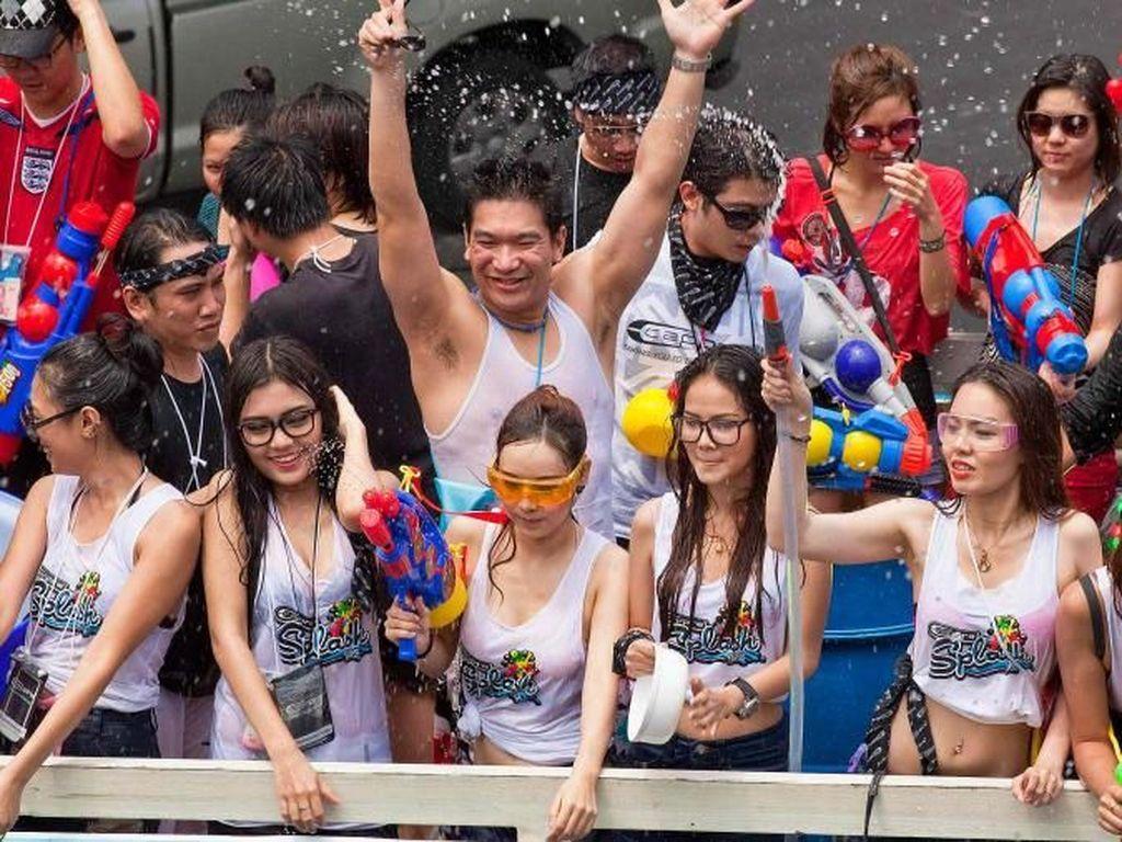 Foto: Serunya Tradisi Perang Air di Thailand