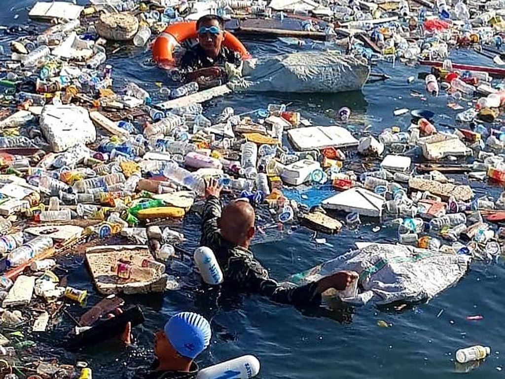 Salut! Prajurit TNI AL Makassar Lomba Renang Sambil Pungut Sampah Laut