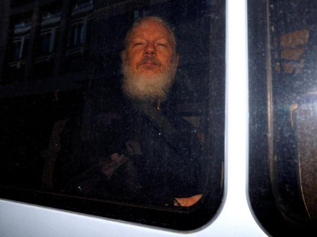 Penampakan Julian Assange yang Ditangkap di London