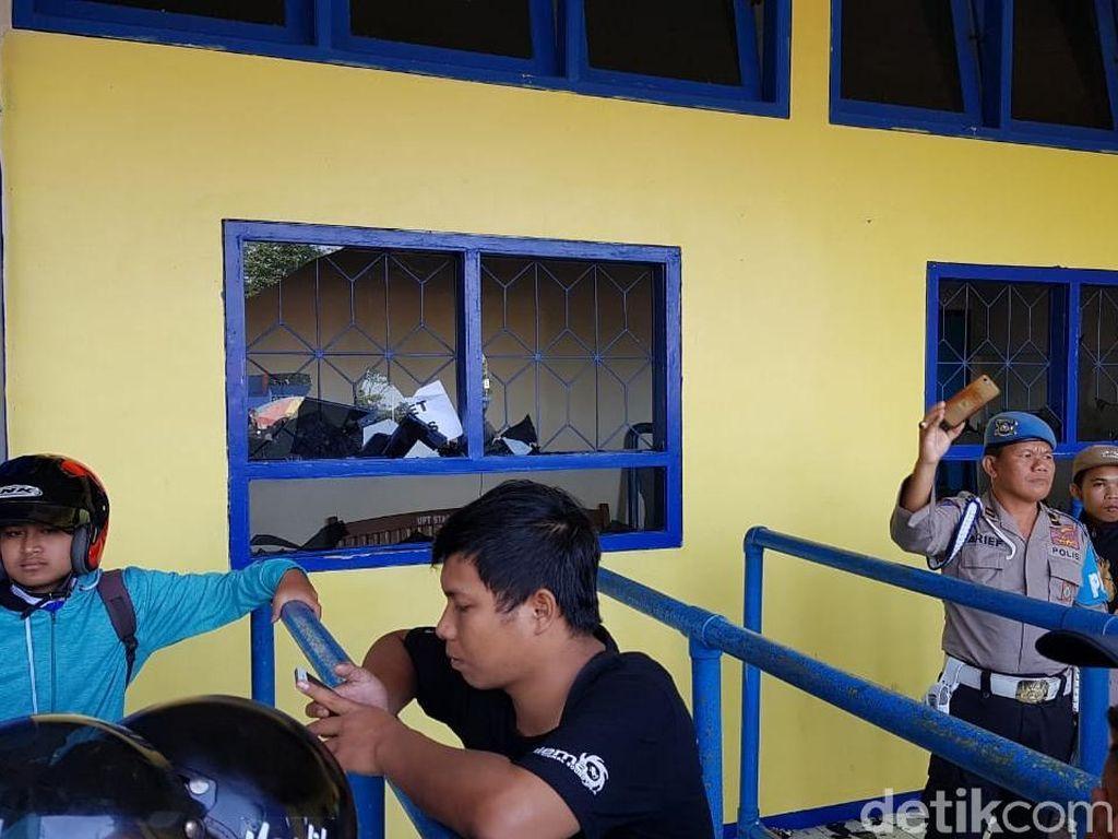 Termakan Isu Hoaks, Massa Suporter Rusak Loket Stadion Kanjuruhan