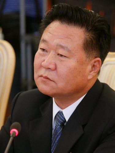 Choe Ryong Hae yang kini menjabat Kepala Negara Korut, menggantikan Kim Yong-Nam