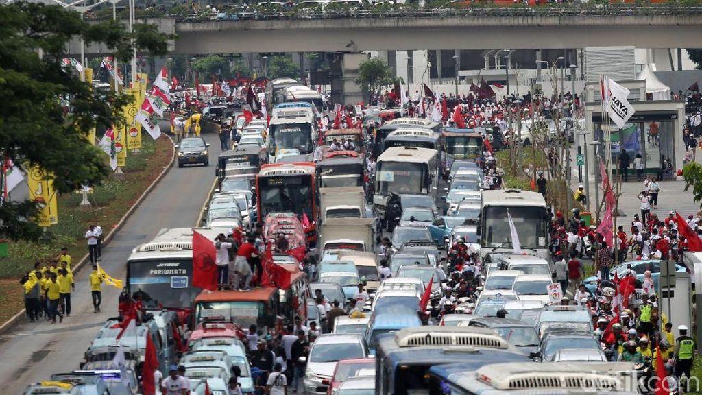 Gaspol Konvoi Massa Pro Jokowi-Maruf Padati Jalan Sudirman