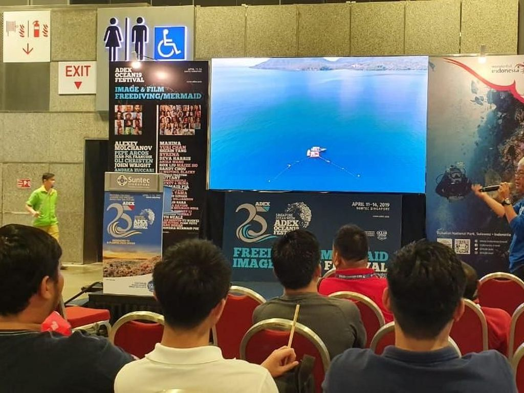 Pemegang Rekor Freediving Dunia Pamer Laut Indonesia di Singapura
