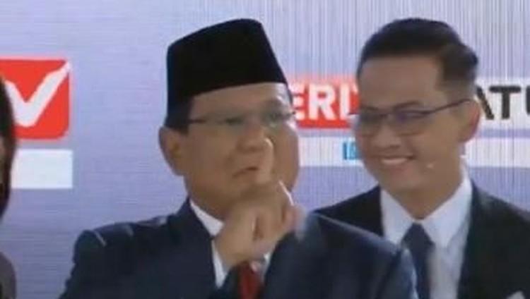 Tiba di Panggung Debat, Prabowo Beri Isyarat Ssst ke Para Pendukung