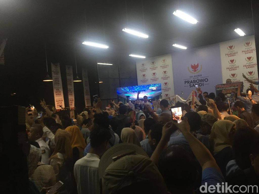 Usai Nobar Debat, Pendukung Prabowo Nyanyi We Are the Champions