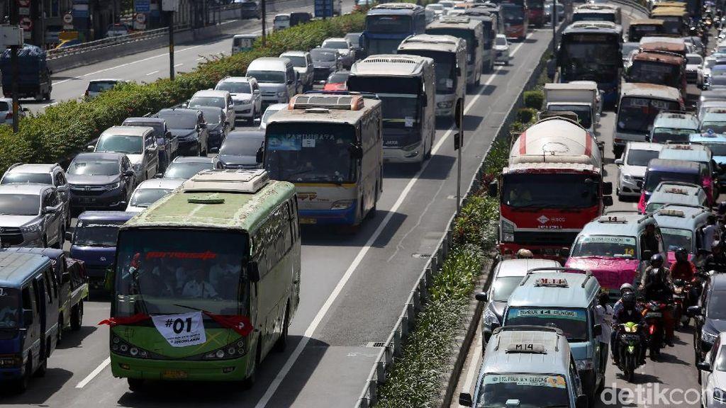 Bus Pendukung Jokowi-Maruf Amin Padati Tol Dalam Kota