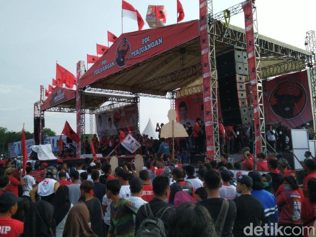 Kampanye Terakhir, Massa Pro Jokowi Dihibur NDX AKA di Semarang