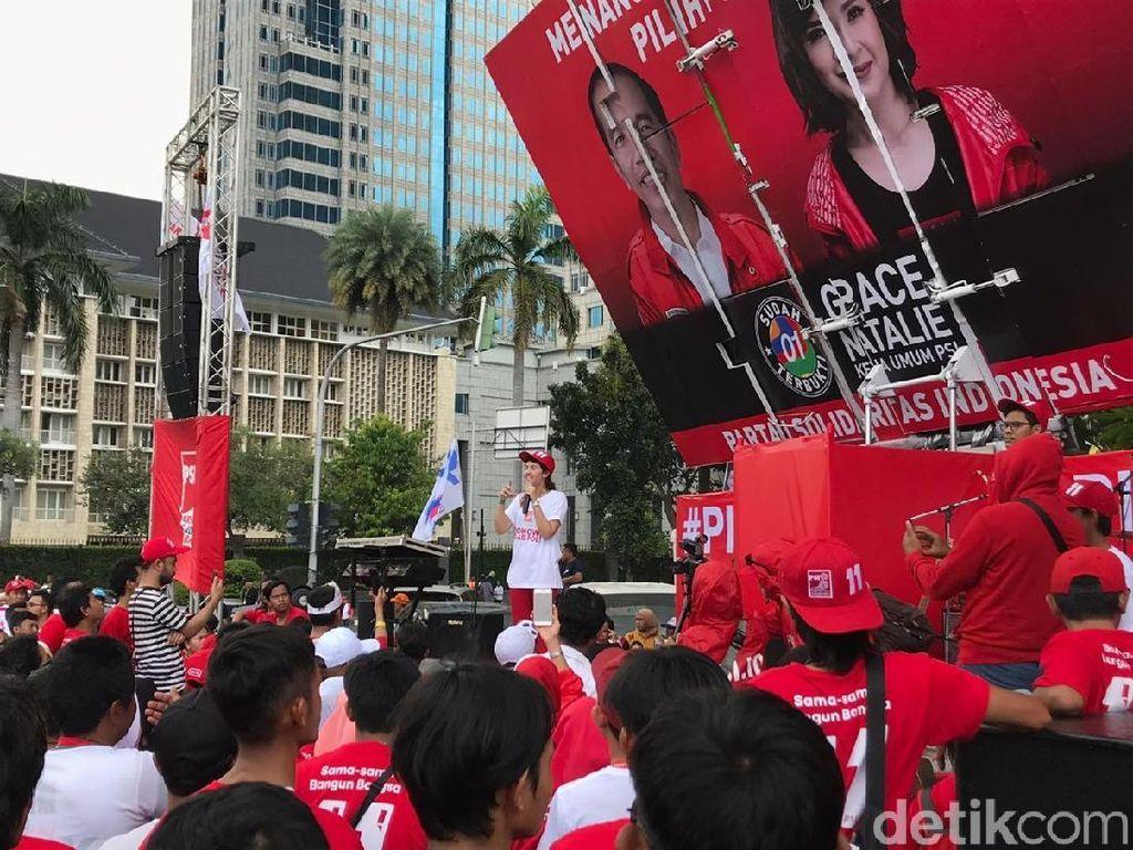 Tsamara Pimpin PSI Flashmob Goyang Jempol Jokowi Gaspol di Thamrin