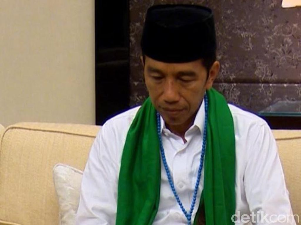 Jokowi Dapat Serban dari Mbah Moen dan Tasbih dari Habib Luthfi