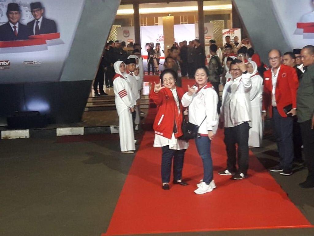 Hadiri Debat Kelima Pilpres, Megawati-Puan Salam Metal