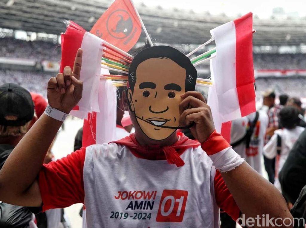 Aksi Unik Pendukung Jokowi-Maruf Amin Jelang Konser Putih Bersatu