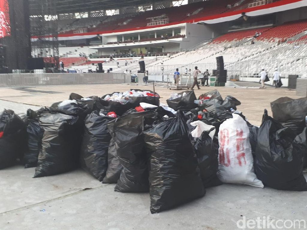 Massa Pro-Jokowi Bersihkan Sampah di GBK Usai Konser Putih Bersatu