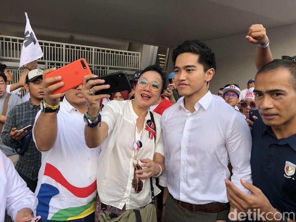 Usai Kampanye Jokowi di GBK, Kaesang Jadi Rebutan Selfie Warga