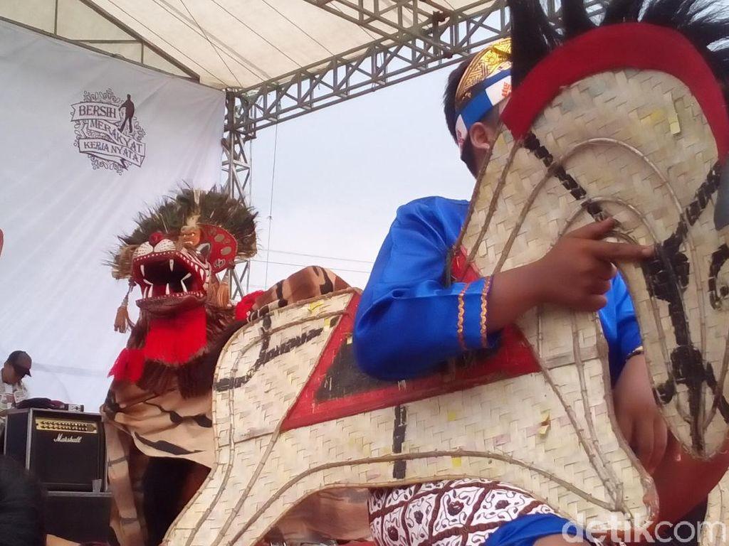 Seni Barongan Warnai Kampanye Terakhir Massa Pro Jokowi di Kudus