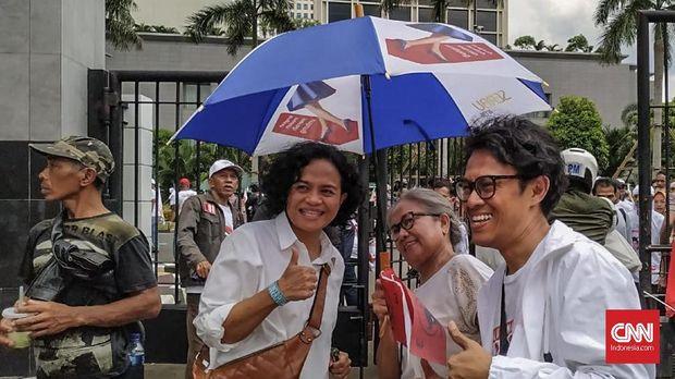 Mira Lesmana dan Riri Riza ikut menghadiri kampanye akbar pasangan Jokowi-Ma'ruf di SUGBK, Senayan, Jakarta, Minggu (13/4).
