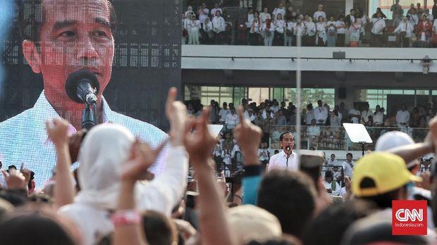 Jokowi membawakan orasi politiknya di tengah Konser Putih Bersatu, Sabtu (13/4).
