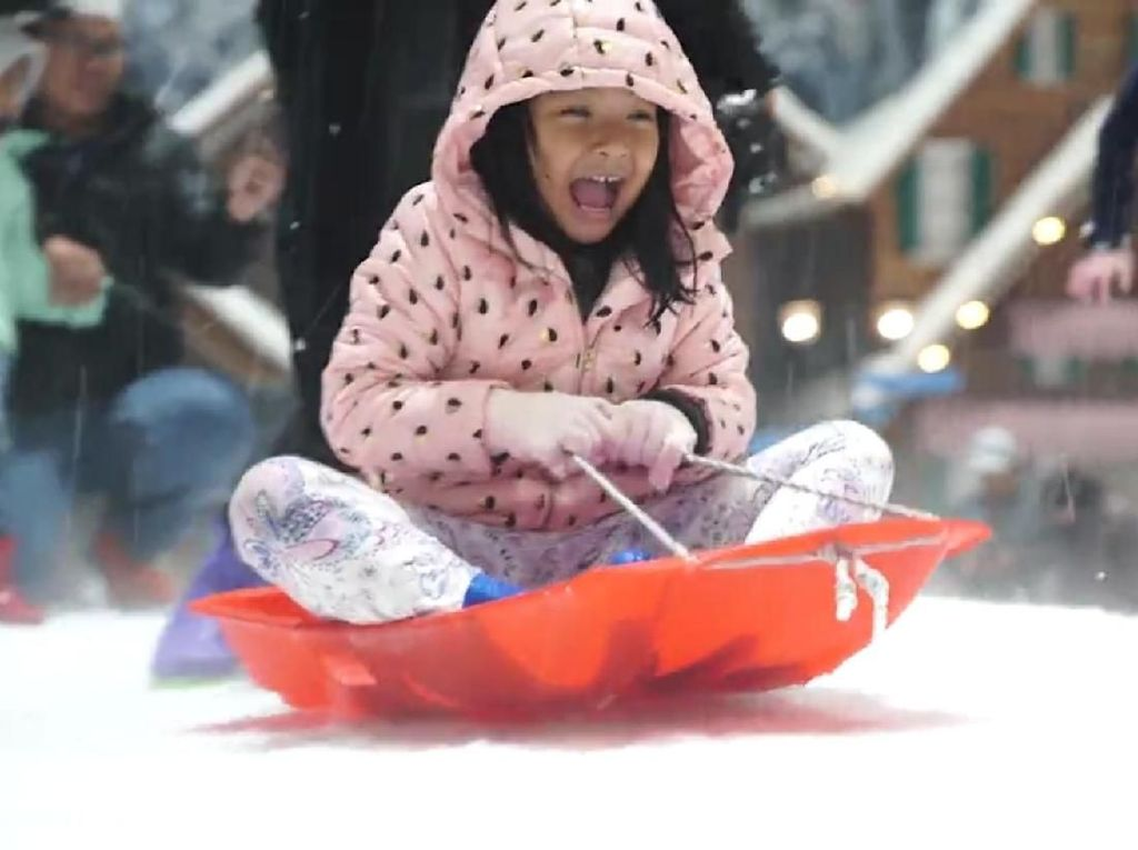 Brrrr! Yuk, Ajak Anak Seru-Seruan Main Salju Akhir Pekan Ini