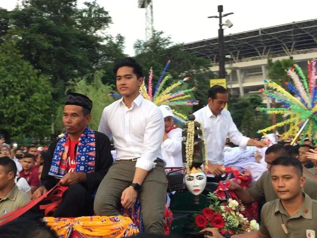 Sapa Pendukung, Jokowi-Iriana Bareng Kaesang Naik Kereta Kuda