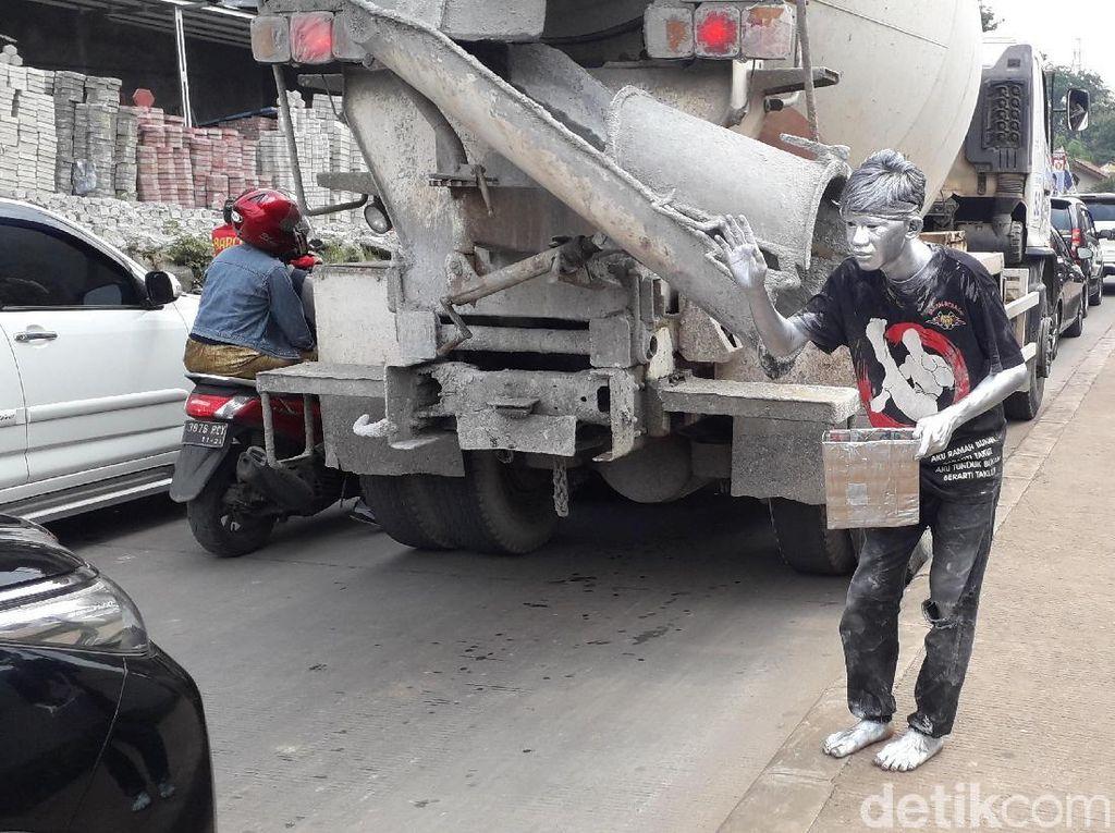 Senjata Manusia Silver: Cat Sablon, Minyak Tanah, Sabun Cuci Piring