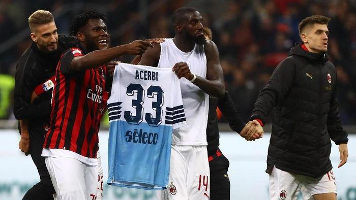 Pemain Milan membentangkan jersey pemain Lazio usai menang 1-0 di San Siro, Minggu (14/4/2019) dini hari WIB. (Foto: Marco Luzzani/Getty Images)