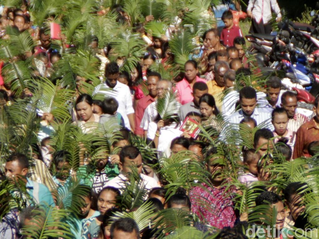 Umat Katolik di Timika Gelar Perarakan Minggu Palma