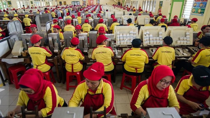 Perempuan di Indonesia menjadi bagian yang ikut mendorong perekonomian nasional. Contohnya menjadi buruh pabrik.