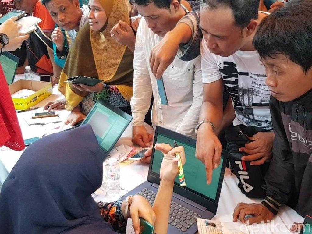 Masih Gunakan Helm Proyek, Pekerja di Malaysia Datangi TPS