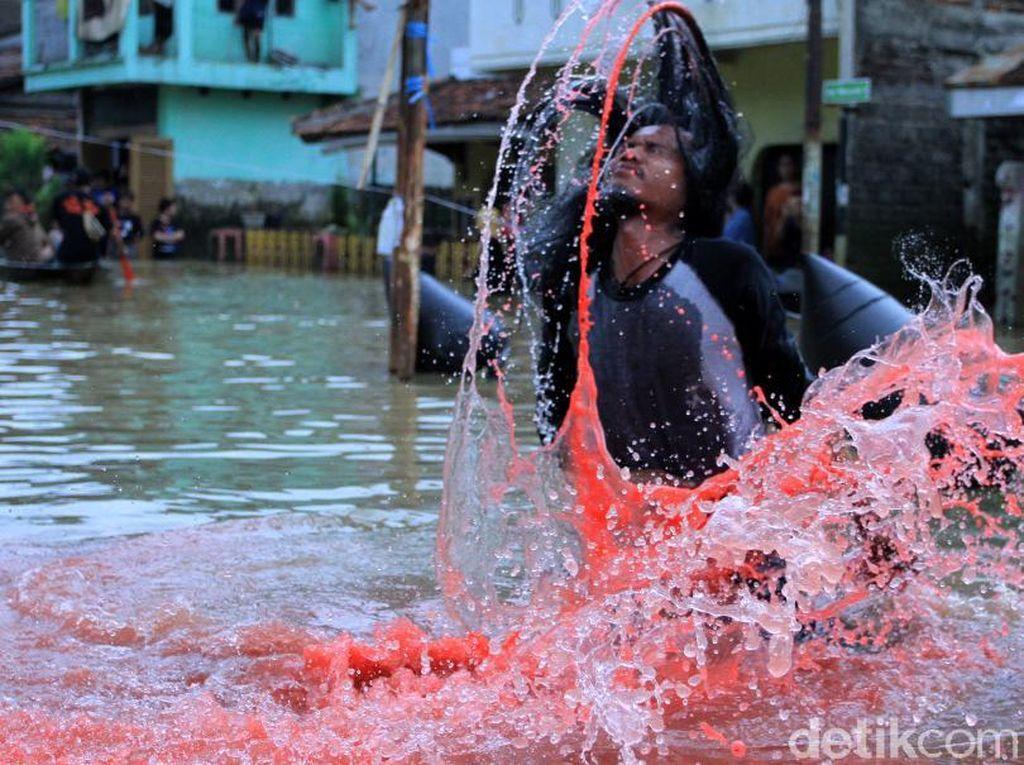 Aksi Teatrikal untuk Korban Banjir Dayeuhkolot