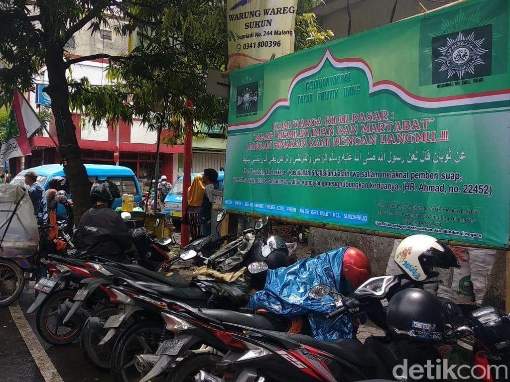 Warga Malang Pasang Poster Lawan Money Politik di Masa Tenang Pemilu