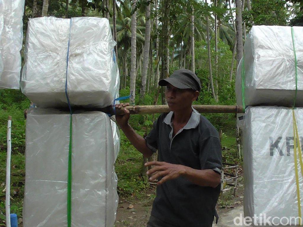 Jalan Kaki 13 Jam, Begini Susahnya Kirim Surat Suara ke Ujung Gorontalo