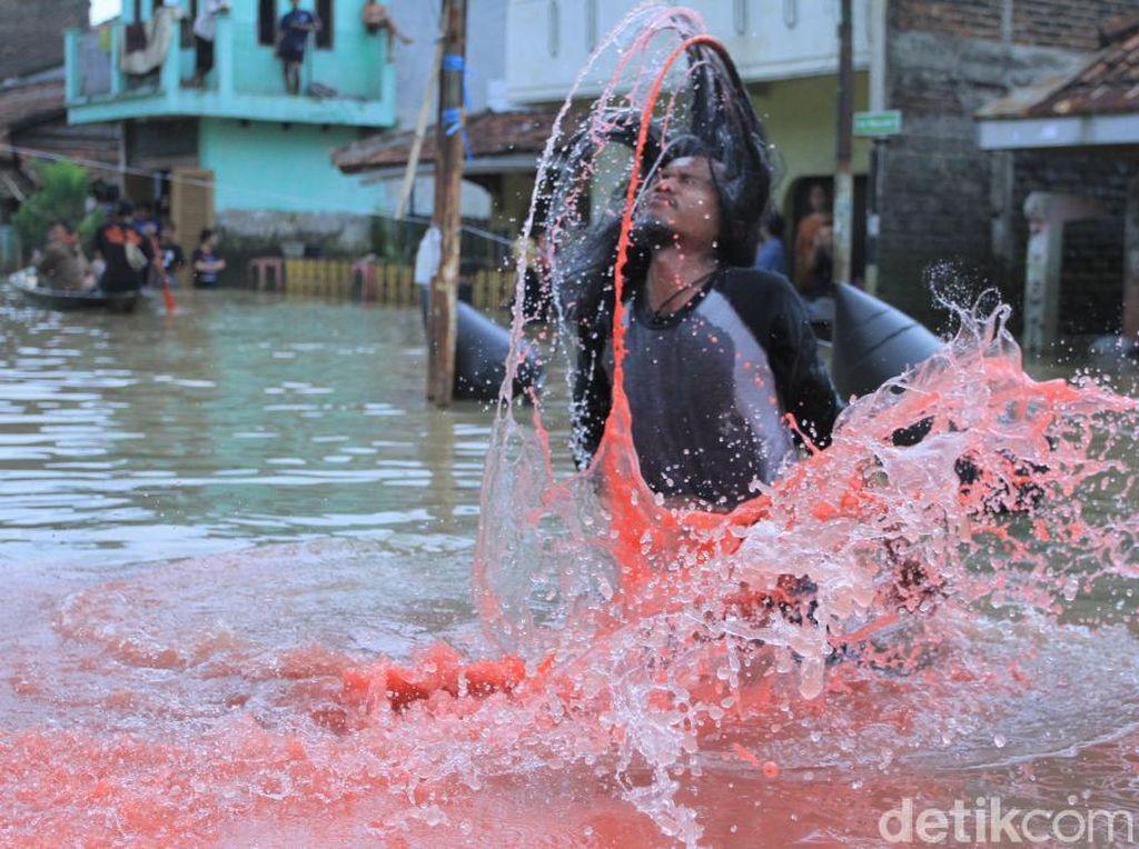 Doa Seniman Untuk Warga Melalui Bandung Lautan Banjir