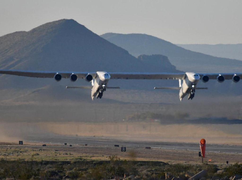 Penampakan Pesawat Terbesar Sejagat Melesat ke Angkasa