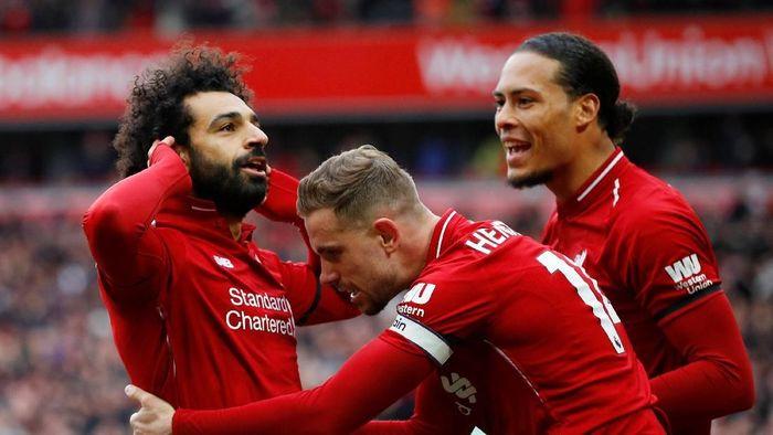Mohamed Salah mencetak gol saat Liverpool menang 2-0 atas Chelsea (REUTERS/Phil Noble)