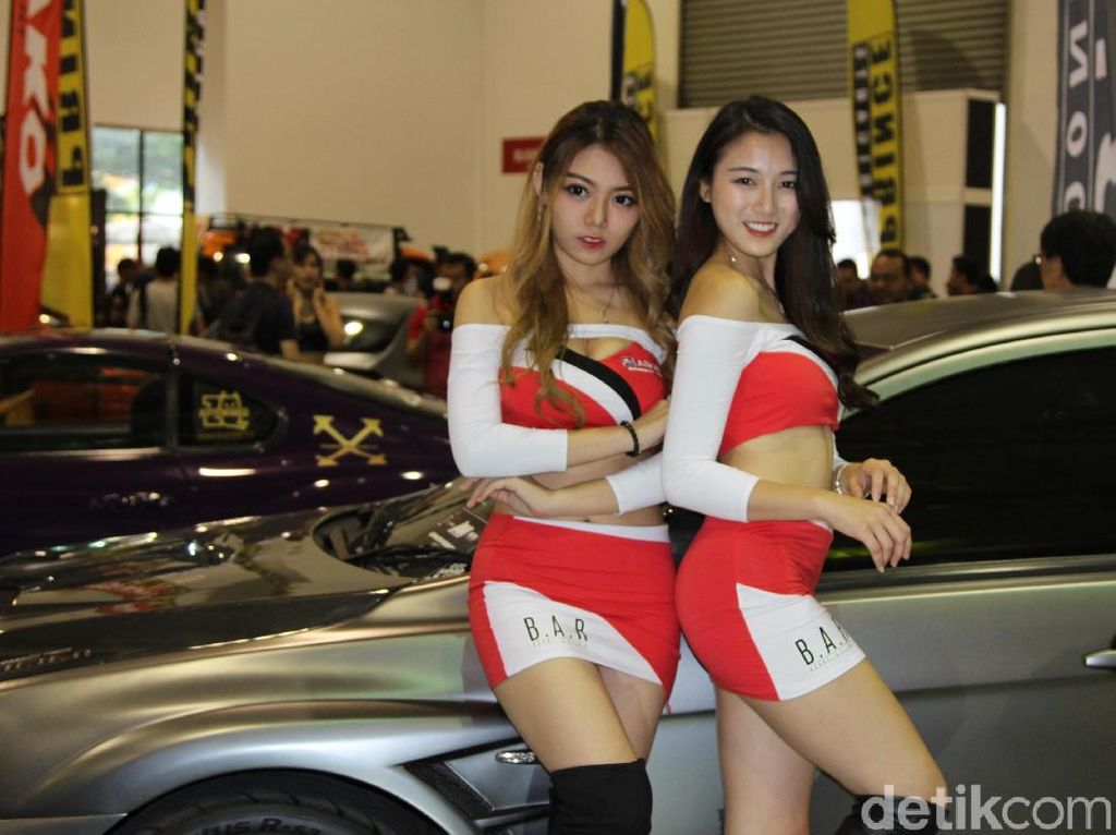 Model Seksi Malaysia Penyuka Mobil Super