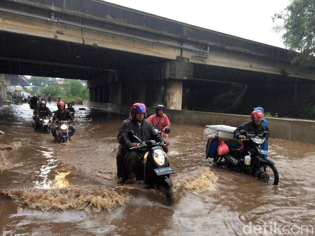 Hujan Guyur Bekasi, Jalan Kyai Haji Noer Ali Kebanjiran