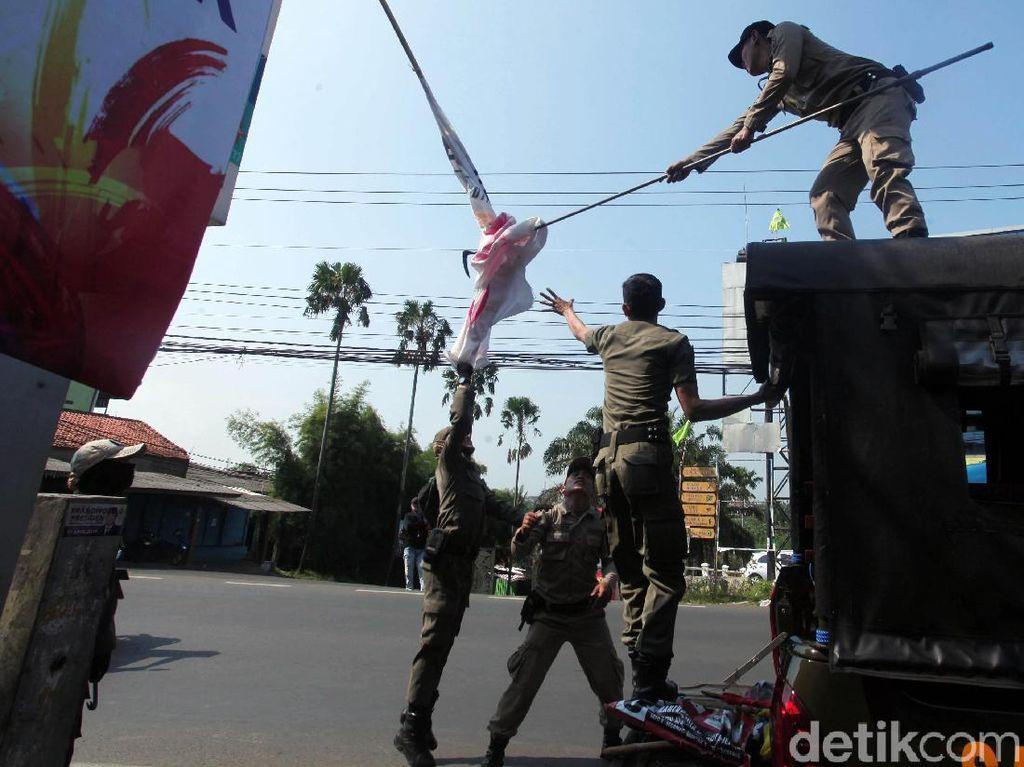 Momen Satpol PP Kota Depok Tertibkan APK di Masa Tenang