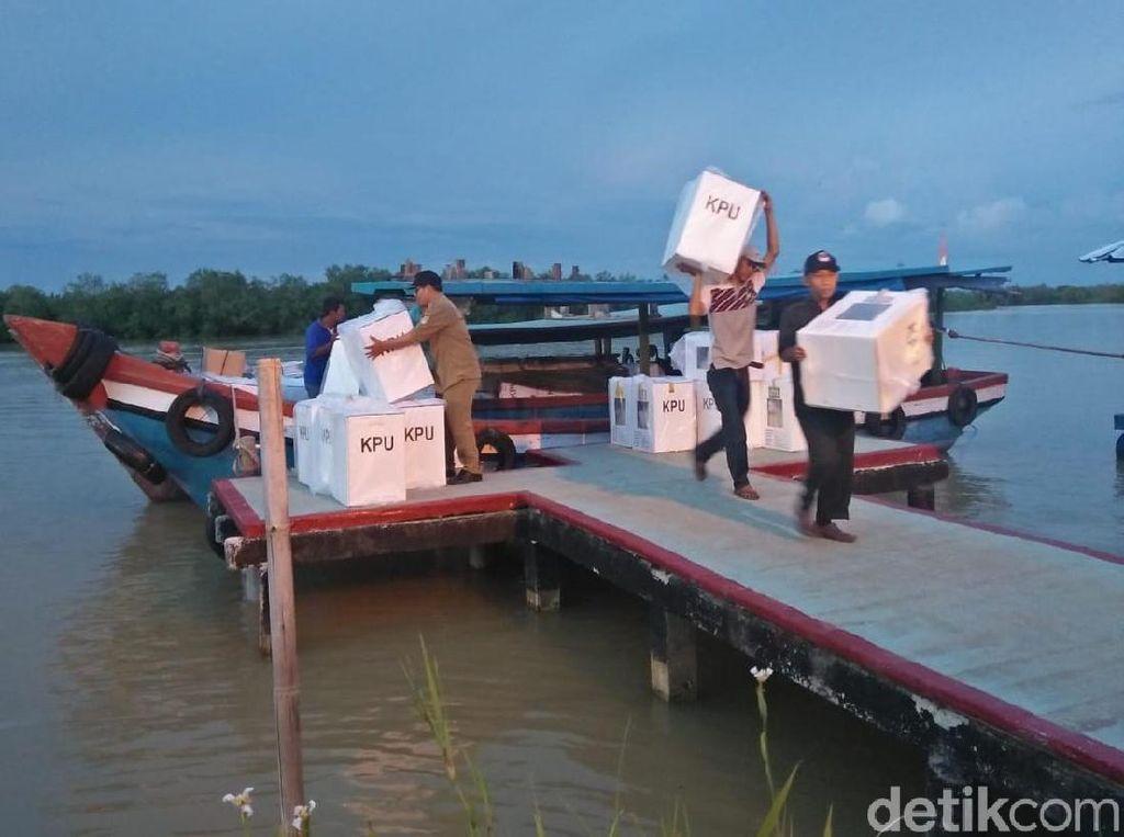 Terbungkus Plastik, Logistik Pemilu Dikirim ke Kampung Laut