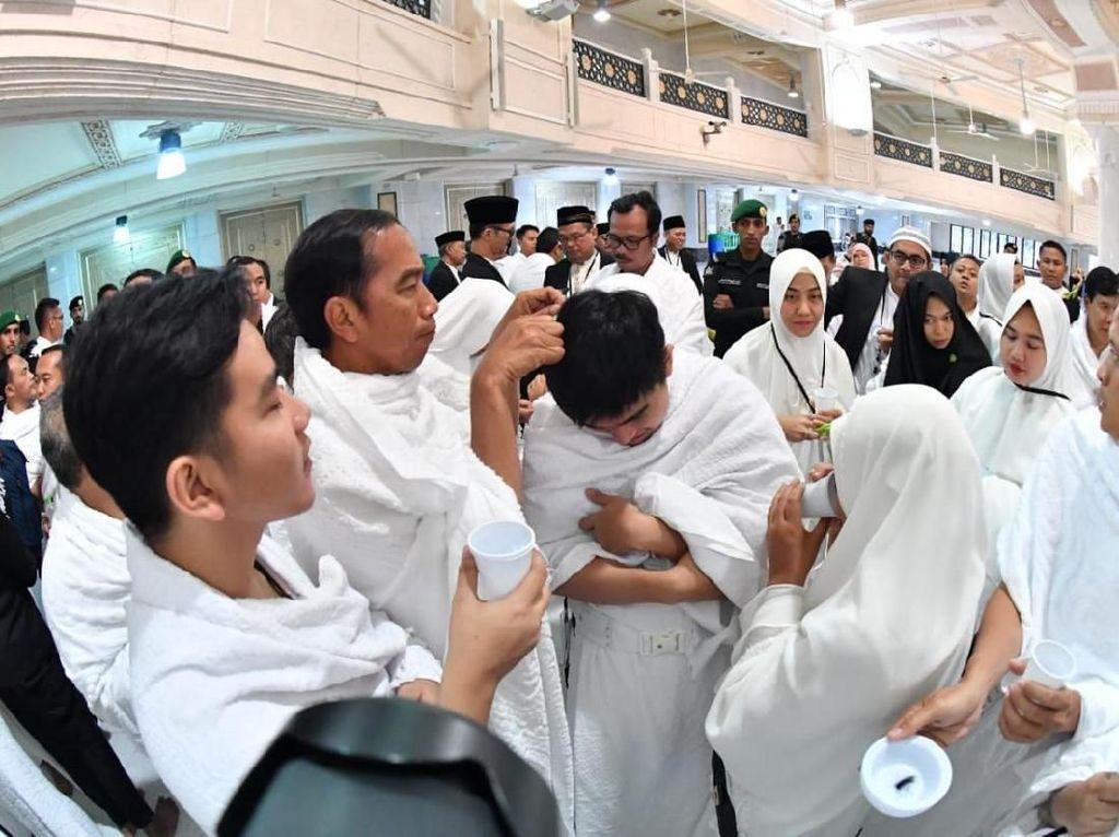 Potret Jokowi Cium Hajar Aswad dan Cukur Tahalul Iriana-Gibran-Kaesang
