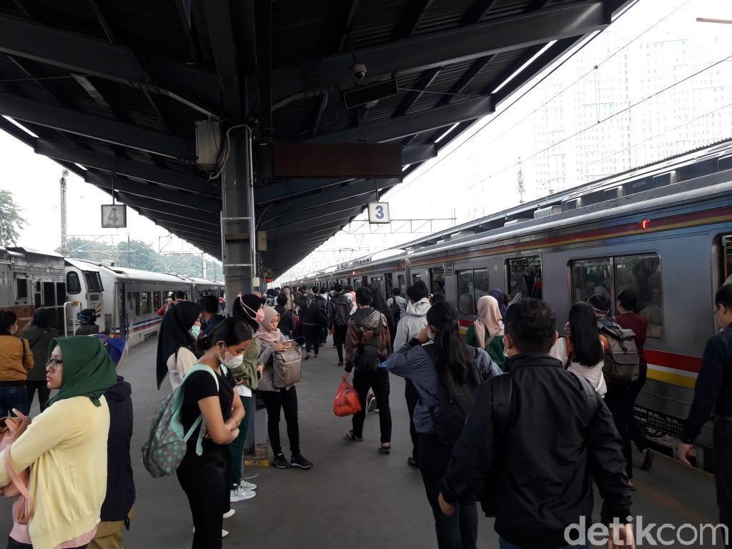 DDT Masih Dinormalisasi, Kepadatan Penumpang di Stasiun Bekasi Normal