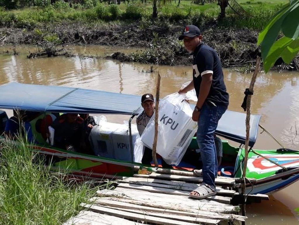 Daerah Sulit Dijangkau, Kotak Suara di Banyuasin Dikirim via Perahu