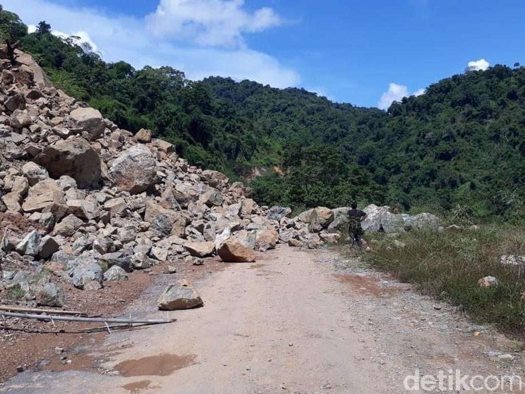 Jalan Lintas Provinsi di Sumbawa NTB Putus Akibat Longsor