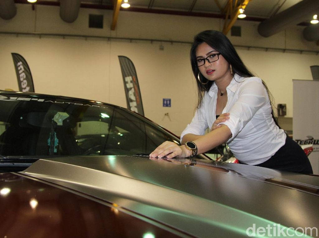 Model Seksi Malaysia dan Chevrolet Camaro