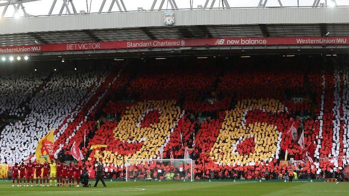 Sebelum laga dengan Chelsea di mulai, Liverpool mengheningkan cipta lebih dulu, Minggu (14/4/2019). Hal itu untuk menghormati korban tragedi Hillsborough. (Foto: Lee Smith/Actions Images via Reuters)
