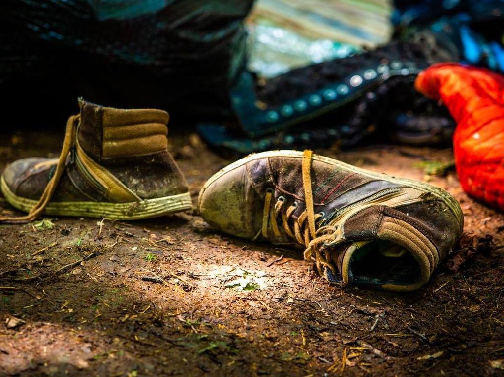 Sepatu Basah Kehujanan? Lakukan Ini Agar Tak Bau Kaki