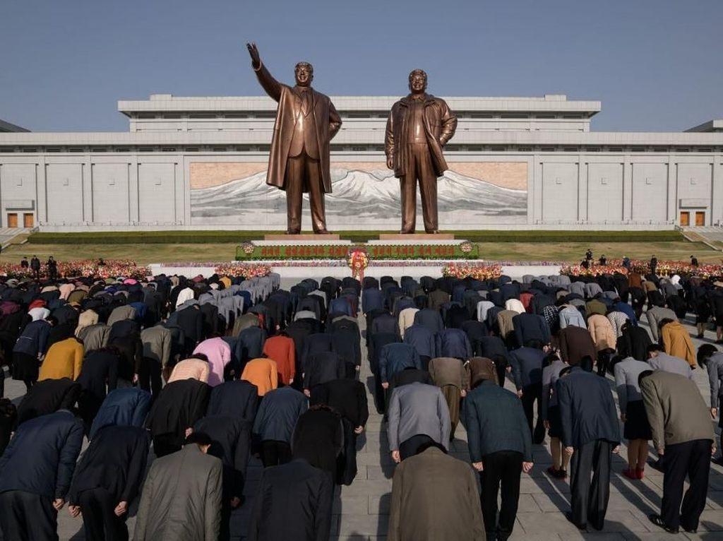 Puluhan Ribu Warga Korut Beri Penghormatan ke Mendiang Kim Il-Sung