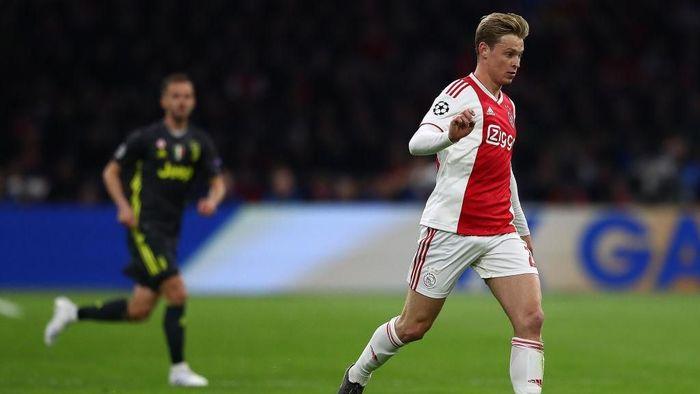 Frenkie De Jong mengalami cedera hamstring dan digarukan main melawan Juventus (Foto: Michael Steele/Getty Images)